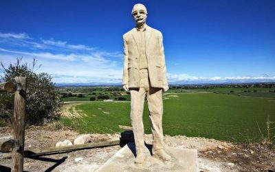 04/04/2019 La nueva estatua de Manuel de Pedrolo al lado del castillo del Aranyó.